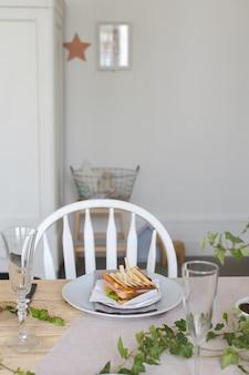 Bord met sandwich op prachtig gedekte tafel