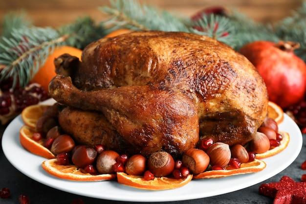 Bord met smakelijke hele geroosterde kalkoen op tafel