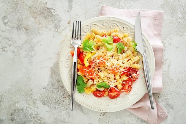 Bord met smakelijke pasta primavera op licht
