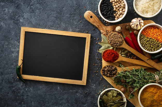Bord met specerijen en kruiden