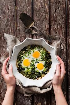 Bord met spinazie en egss