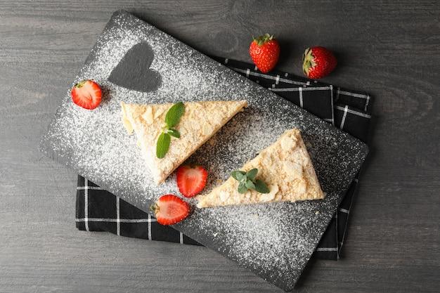 Bord met stukjes napoleon cake met aardbei