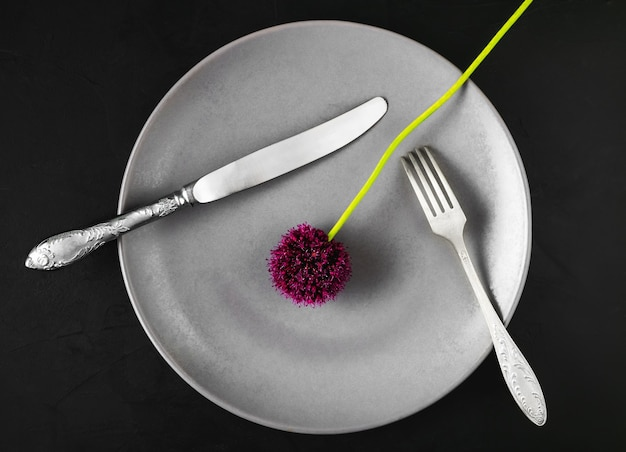 Bord met toestellen en een bloem van daslook