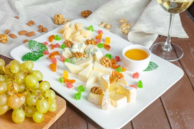 Bord met verschillende snacks