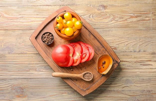 Bord met verse tomaten en kruiden op houten tafel