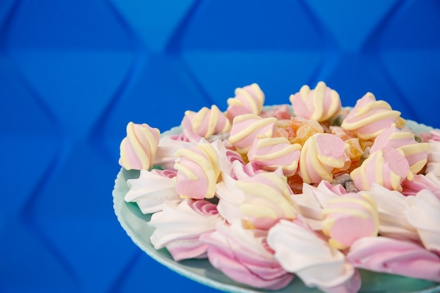 Bord met zoet fris roze en lekkere marshmallows