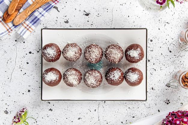 Bord met zoete chocoladeballetjes met kokos