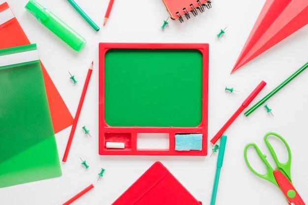 Bord omgeven door het schrijven van objecten