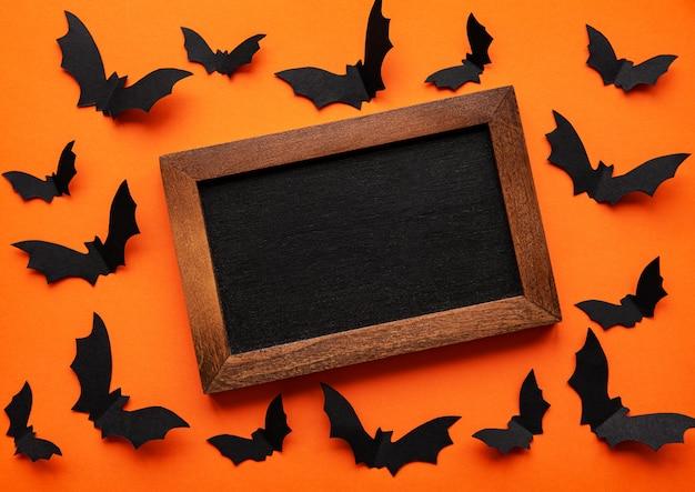 Bord omgeven door papieren vleermuizen