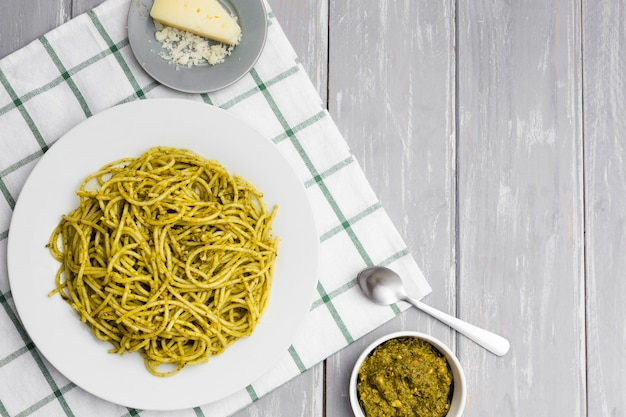 Bord pasta met kaas en saus