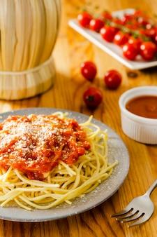 Bord pasta met saus en vork