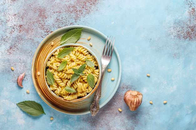 Bord pasta met zelfgemaakte pestosaus.