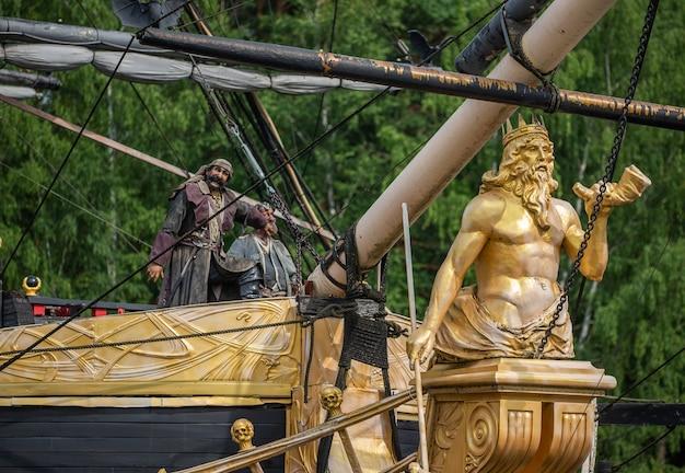 Bord van een piratenschip. pak de zeilboot.
