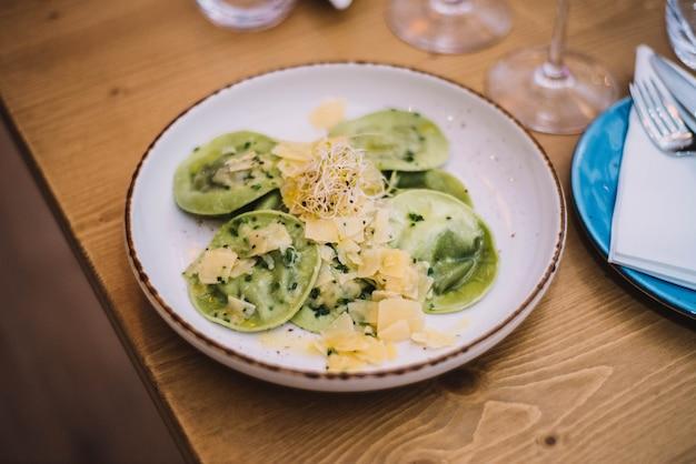 Bord verse huisgemaakte italiaanse pasta en ricotta kaas