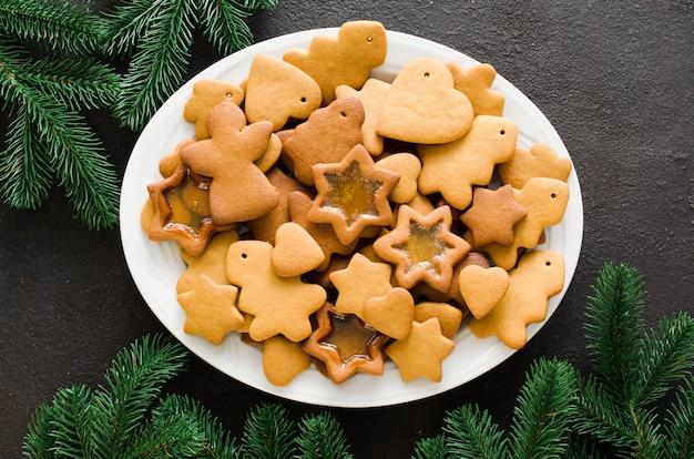 Bord vol met vers gebakken peperkoek van kerstmis klaar om te versieren met ijsvorming.