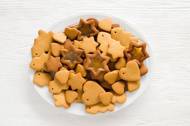 Bord vol met vers gebakken peperkoek van kerstmis