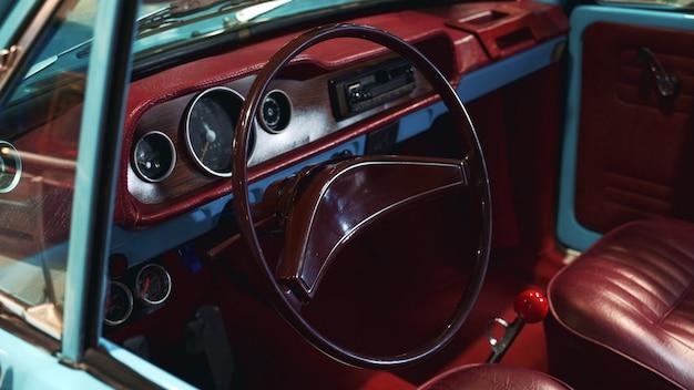 Bordeaux interieur van vintage auto
