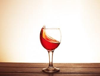 Bordeauxwijn in het glas op de lijst. Het concept van dranken en alcohol.