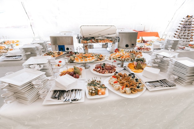 Borden en schalen op de uitdeeltafel in het restaurant