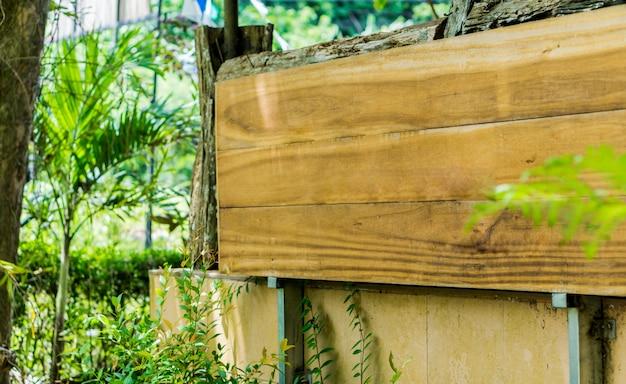 Borden gemaakt van lege houten panelen voor tekstinvoer.