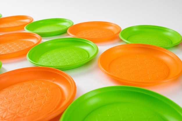 Borden in rijen. goedkope plastic schalen voor dagelijks gebruik die bij elkaar liggen en genegenheid tonen voor het milieu