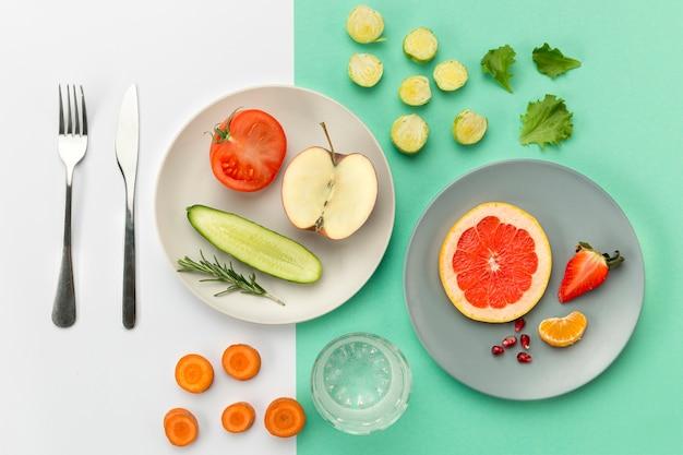 Borden met gezond eten en bestek