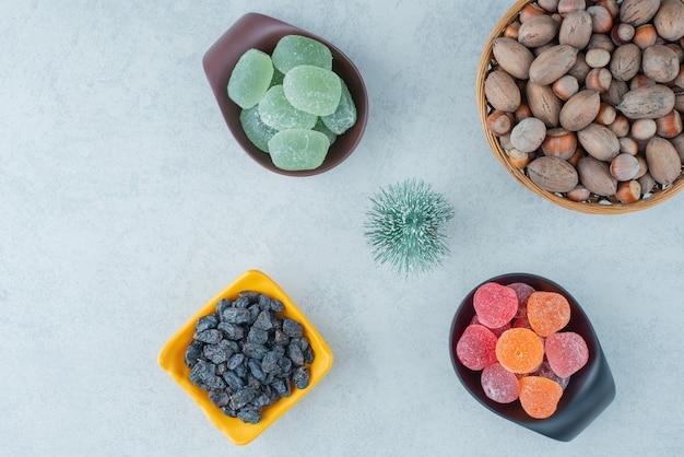 Borden van suikermarmelade met houten kom vol noten. hoge kwaliteit foto