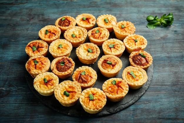 Bordje met quiche minitaartjes