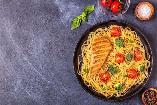 Bordje spaghetti met tomaat, broccoli en kip