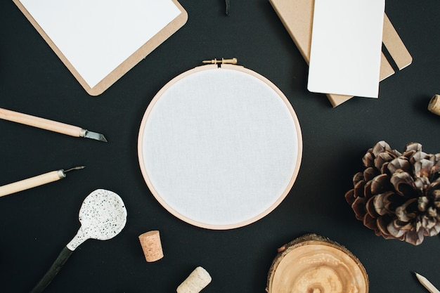 Borduurraam, klembord, handgemaakte lepel, kegel op zwart krijtbord