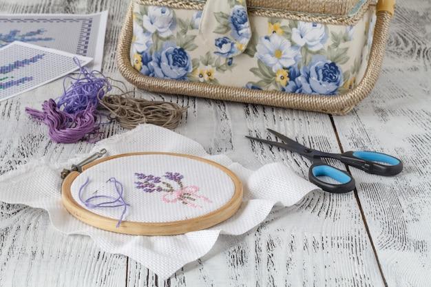 Borduurwerk bloemen. naai-accessoires. canvas, hoepel, draadmouline. handwerk. hand borduren