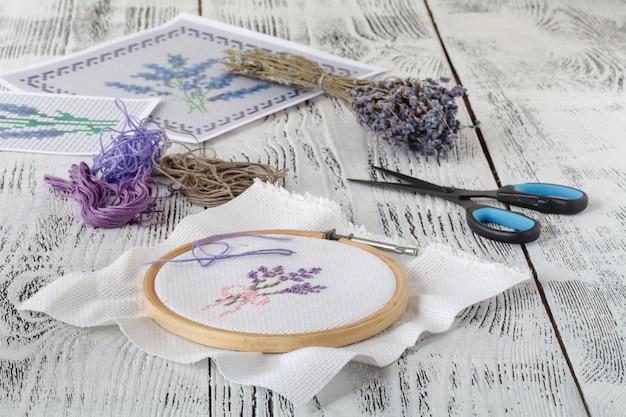 Borduurwerk boeket van lavendel en handwerkgereedschap