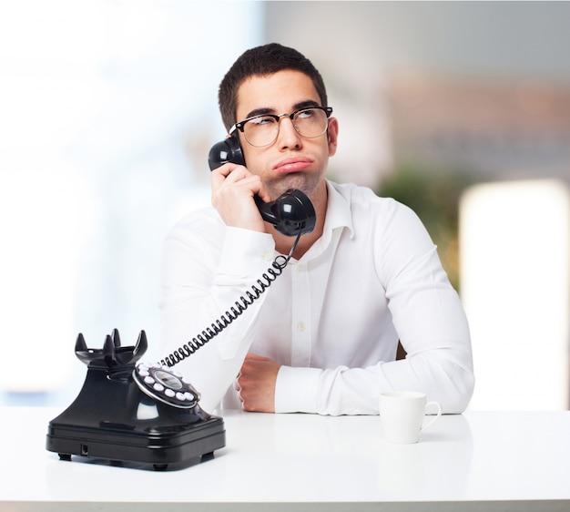 Bored man praten over de telefoon