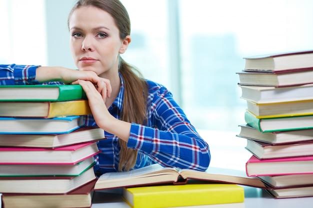 Bored meisje met boeken