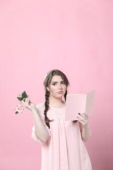 Bored vrouwenholding nam en boek met exemplaarruimte toe