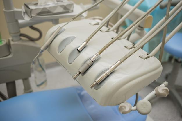 Boren. de tandartsstoel met een boor