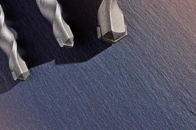 Boren op beton op een donkere achtergrond. bovenaanzicht.