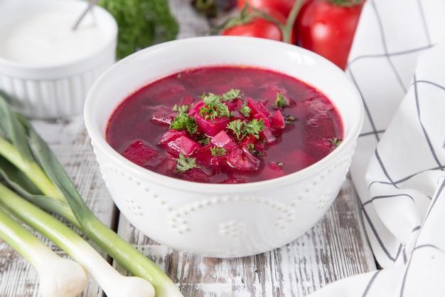 Borsch - rode bietensoep. oekraïense en russische traditionele plantaardige vegetarische rode soep