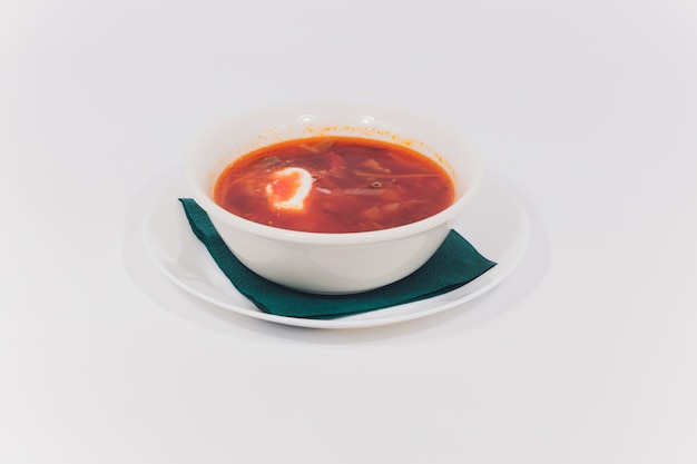 Borsjt, russisch nationaal rood soepwit isoleert.