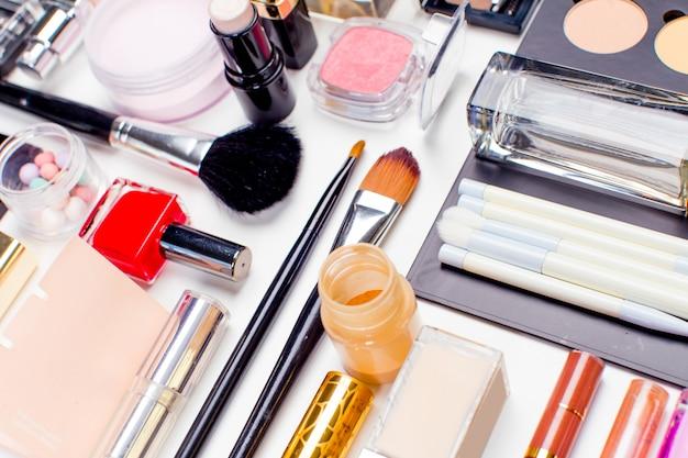 Borstel en cosmetica geïsoleerd op een witte ondergrond, bovenaanzicht,
