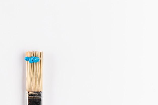 Borstel met blauwe verf en kopieer de ruimte