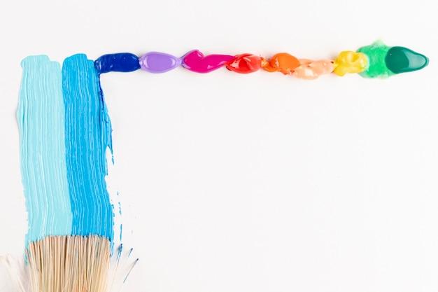 Borstel met kleurrijke verf en kopieer de ruimte