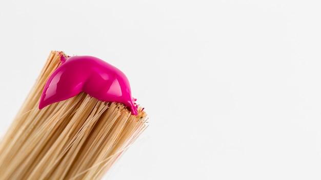 Borstel met roze verf en kopieer de ruimte