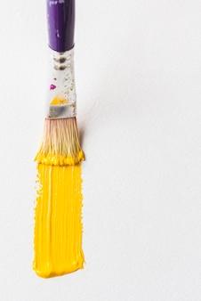 Borstelhaar het schilderen op witte oppervlakte
