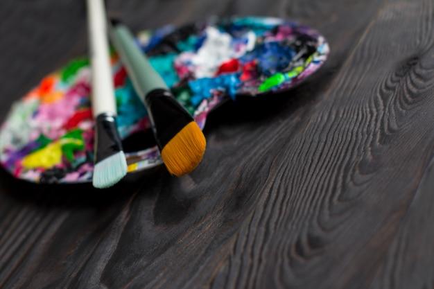 Borstels en kunstpalet met verf