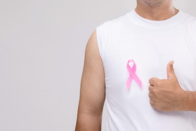 Borstkanker bij mannen concept: portret aziatische man en roze lint het symbool van de campagne van borstkanker.