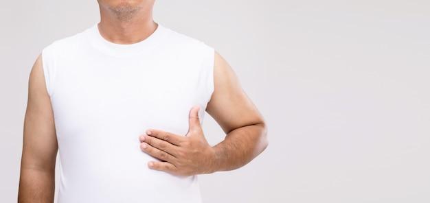 Borstkanker bij mannen concept: portret aziatische man in zorghouding of zichzelf te beschermen tegen borstkanker.