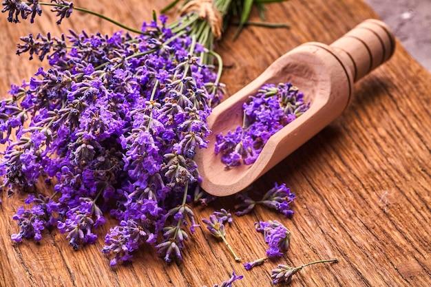 Bos lavendel bloemen op houten plank