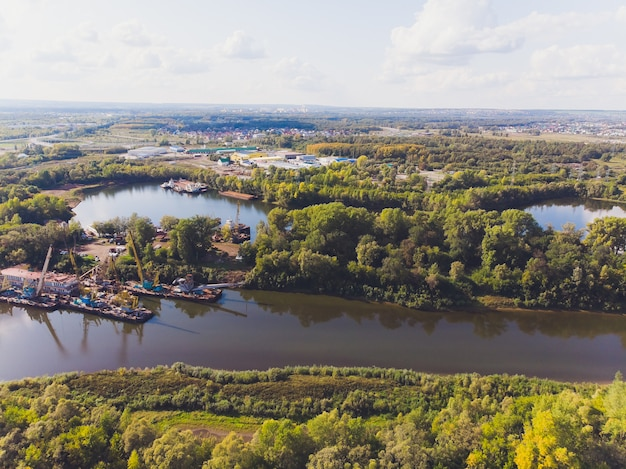 Bos rivierlandschap. bos rivier vallei panorama. zomer groen bos rivier uitzicht.