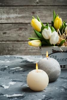 Bos tulpen en aangestoken kaarsen